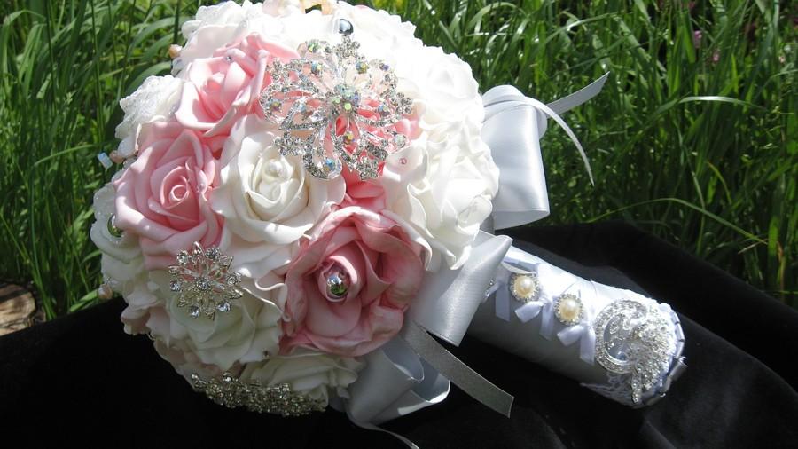 Svatební kytice z broží a látkových květin.