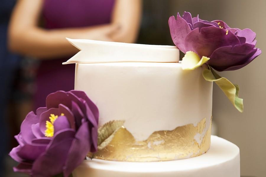 Cukrové květiny a kousky zlaté jedlé fólie na svatebním dortu zaplatíte.