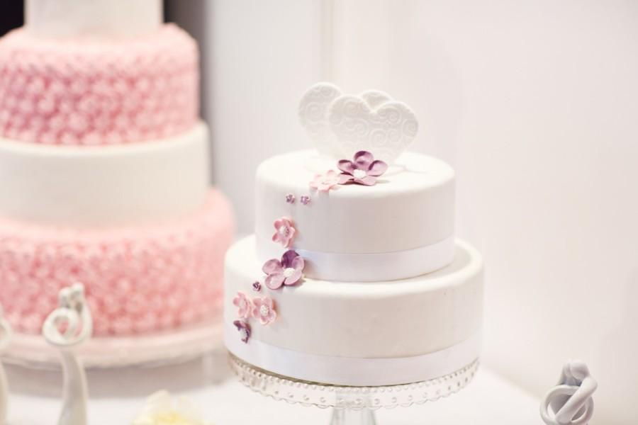Mnohapatrové dorty zdobené cukrovými detaily.