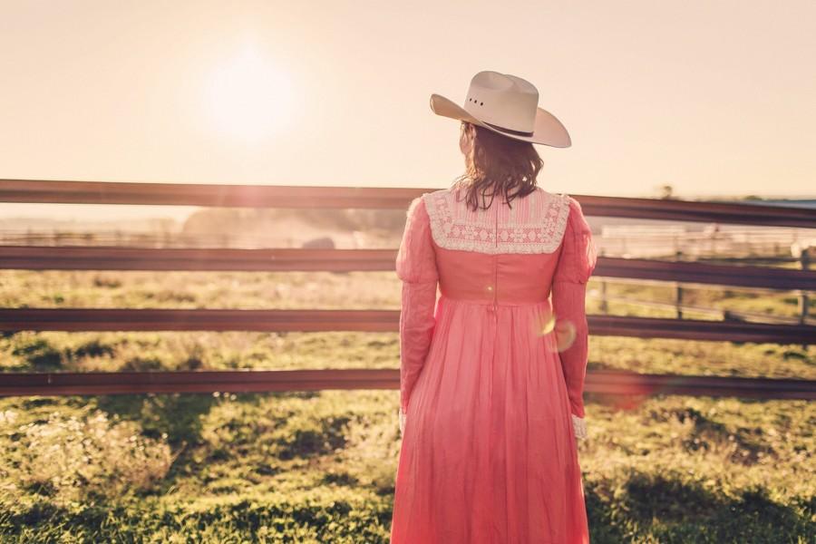 Kovbojka-pri-zapadu-slunce-v-dobovych-satech-na-ranci.