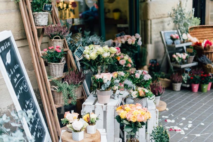 Vystavené řezané květiny v květinářství.