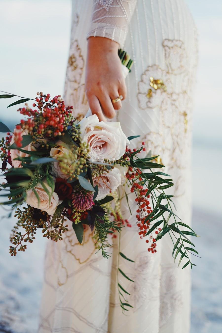 Složitost kytice by měla odpovídat zdobnosti svatebních šatů.