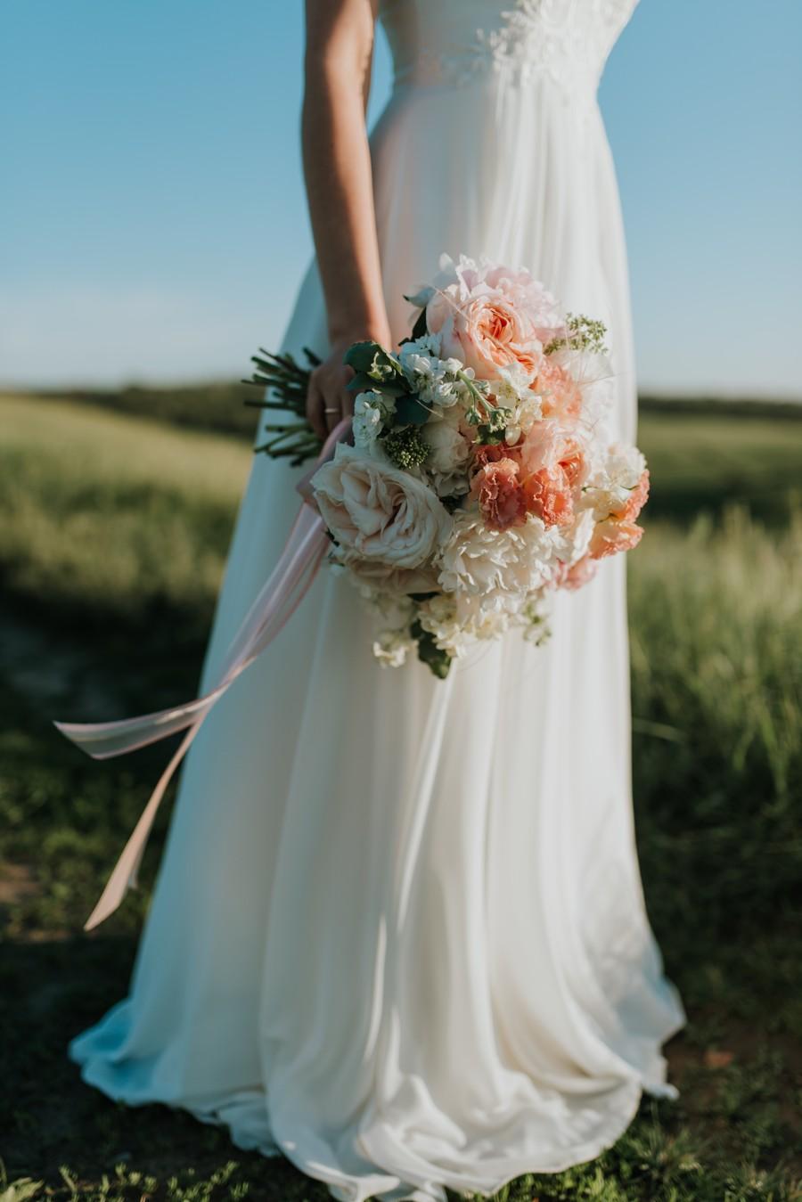 Svatební kytici držte vždy nízko, abyste vypadala vyšší.
