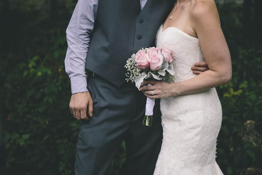 Tvarovaný korzet svatebních šatů vám opticky zvětší prsa.