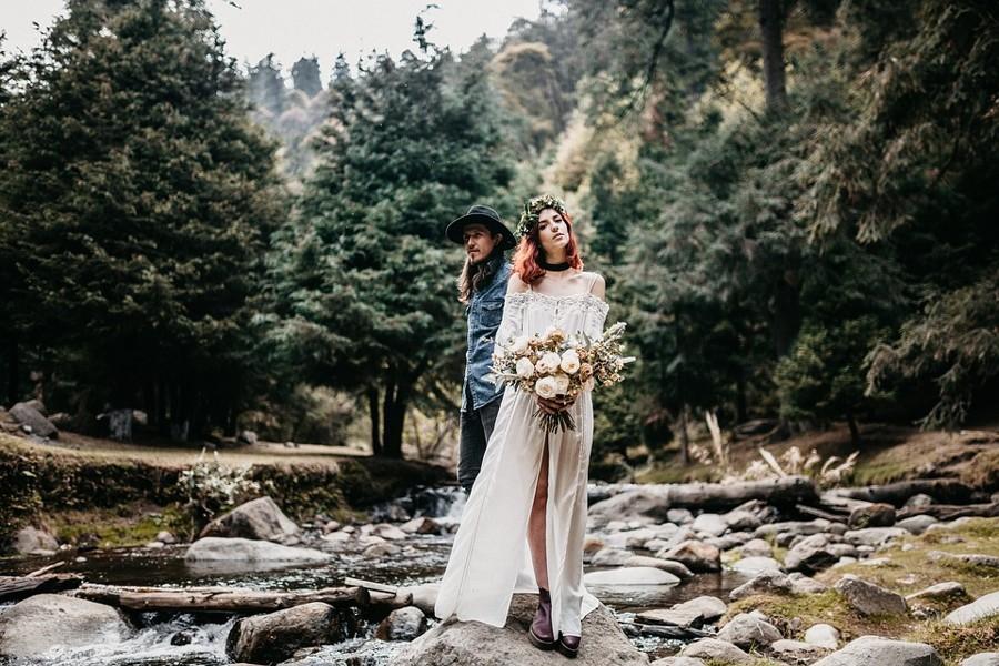 Novomanželé při focení westernové svatby uprostřed lesů.