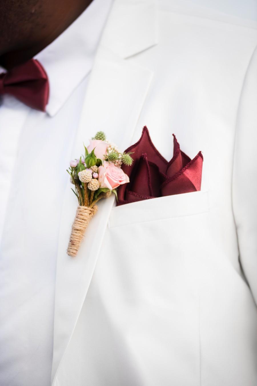 Korsáž a kapesníček doladí celkový look ženicha.