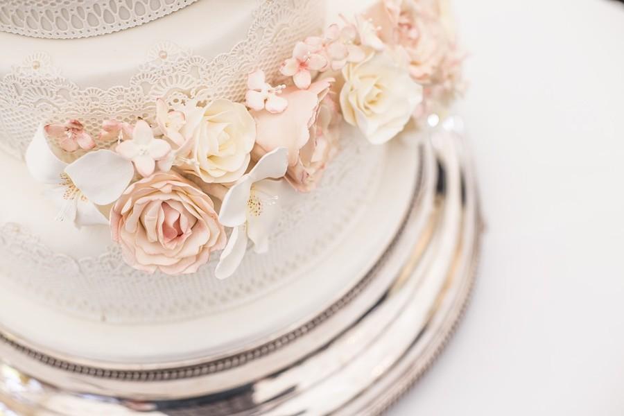 Detaily, detaily, detaily jsou důležité i u svatebního dortu.