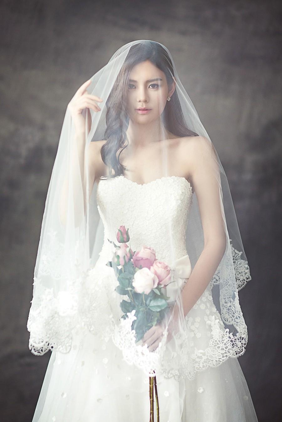 Dlouhý závoj si mohou dovolit spíše vysoké hubené nevěsty.
