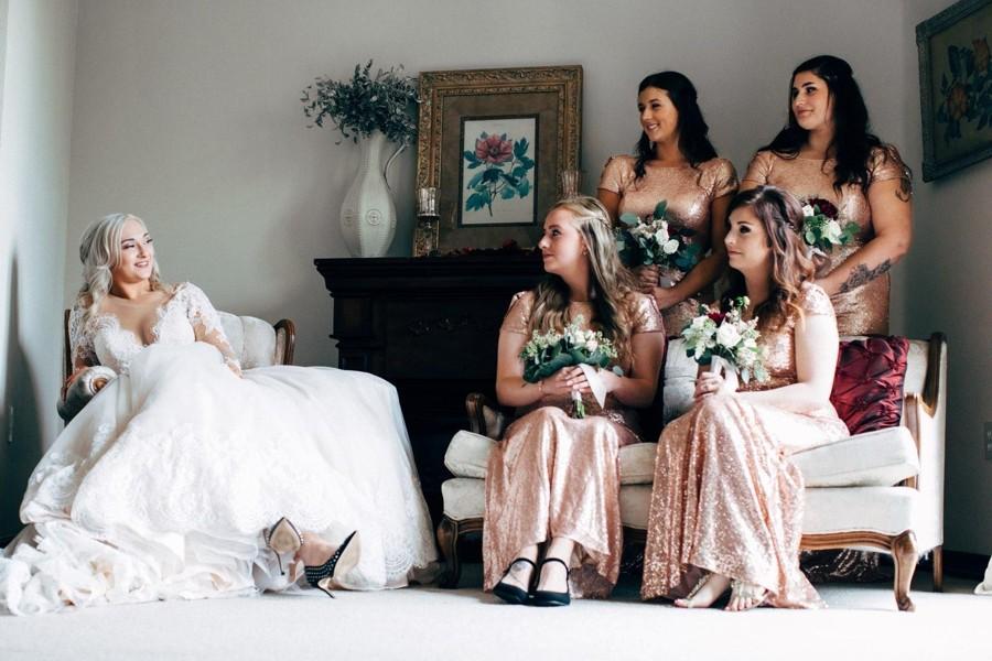 Družičky zjišťují, proč nebyly další kamarádky pozvány na svatbu.