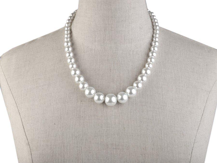 Řada různě velkých voskovaných perel v bílé barvě.