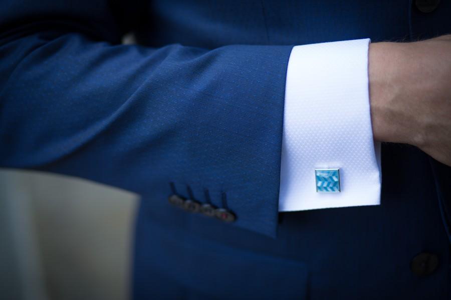Elegantní manžetové knoflíčky se zapínají přes obě části rukávu najednou.