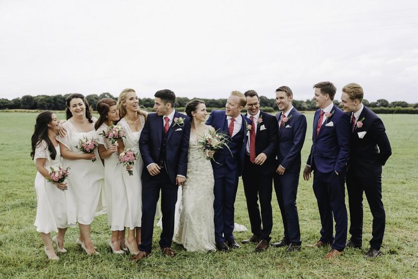 Focení novomanželů s družičkami a mládenci.