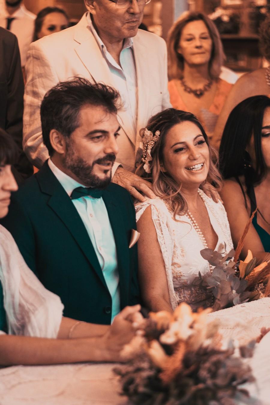 Svatební hosté zajímající se o cenu svatby.