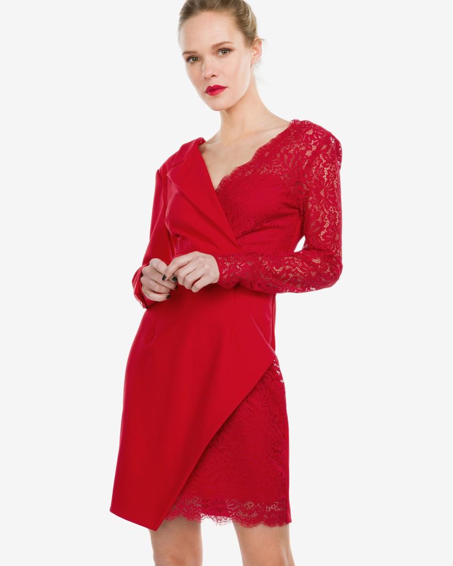 Červené zavinovací šaty do půli stehen s dlouhými rukávy a kombinací krajky a sakového materiálu.
