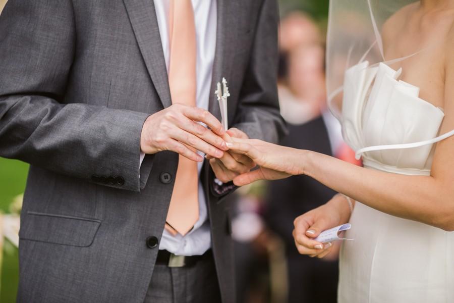 Odstín košile by měl ladit se svatebními šaty.