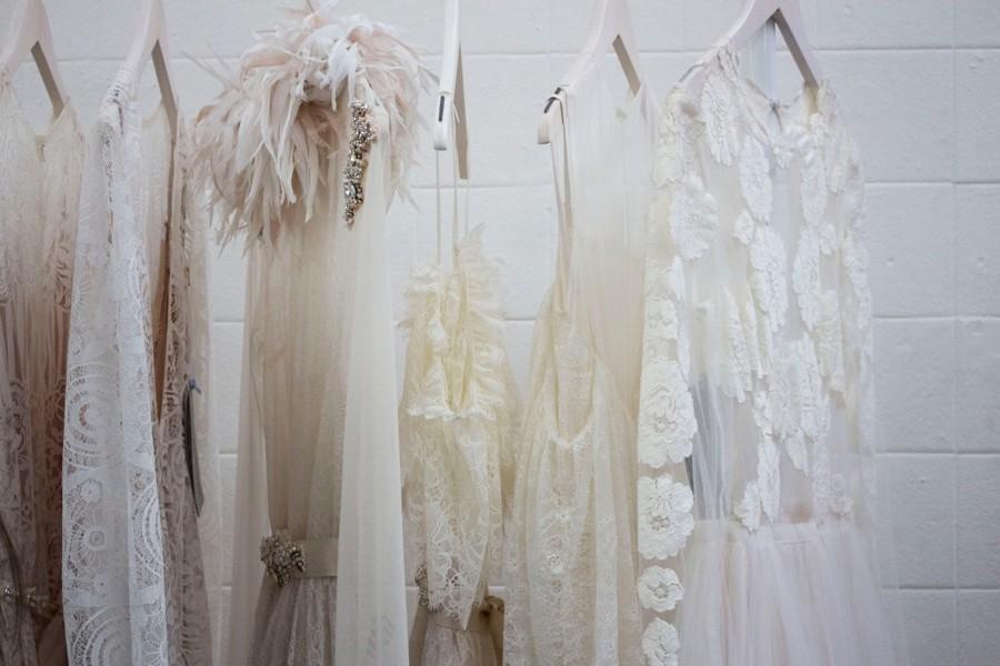 Odstíny svatebních šatů od bílé po slonovou kost.