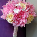 Částečně papírová kytice se štrasovými středy