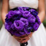 Fialová kytice působí netradičně a moderně
