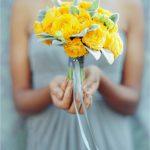 Žluté plnokvěté růže v jednoduchém pugétu