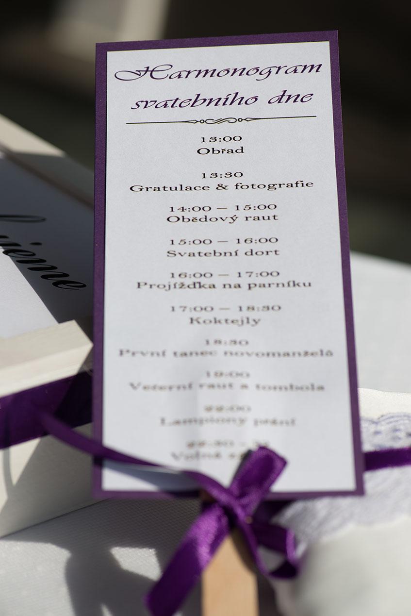 My jsme vytvořili fialovo-bílý hamronogram ve formě vějířů pro každého hosta.