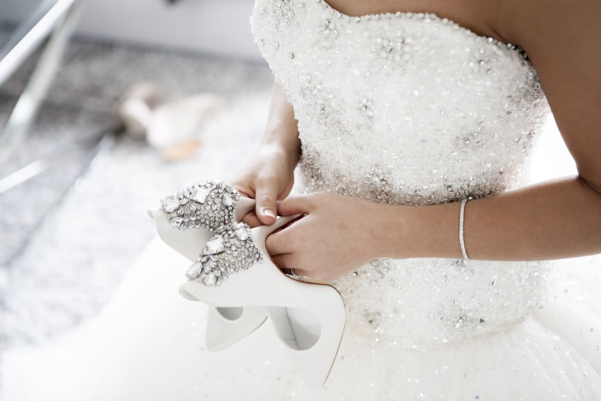 Oblékání nevěsty může probíhat přesně podle harmonogramu. Buď na místě svatby nebo u rodičů.