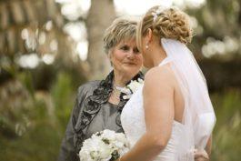 Jak vybrat svatební oblečení pro maminku nevěsty aženicha