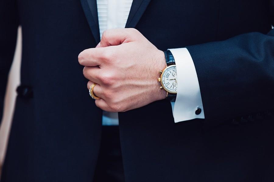Manžety košile by měly koukat z rukávu i pokud ohnete ruku.