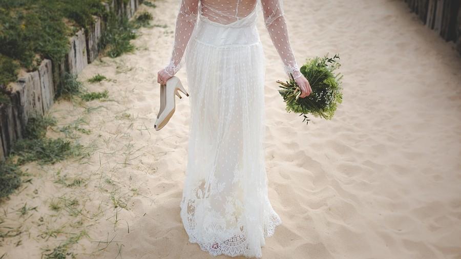 Zvolte jemné letní šaty a místo lodiček sandále nebo žabky.