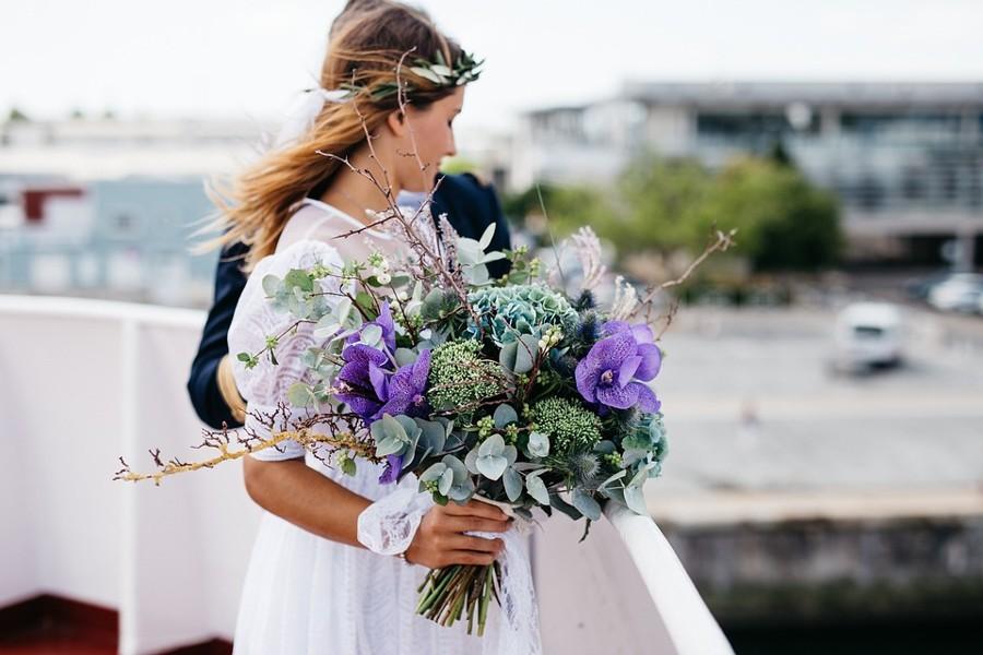 Ultrafialová svatební kytice s eucaliptem a větvičkami.