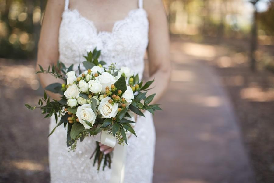 Nadčasová svatební kytice z bílých růží a zeleně.