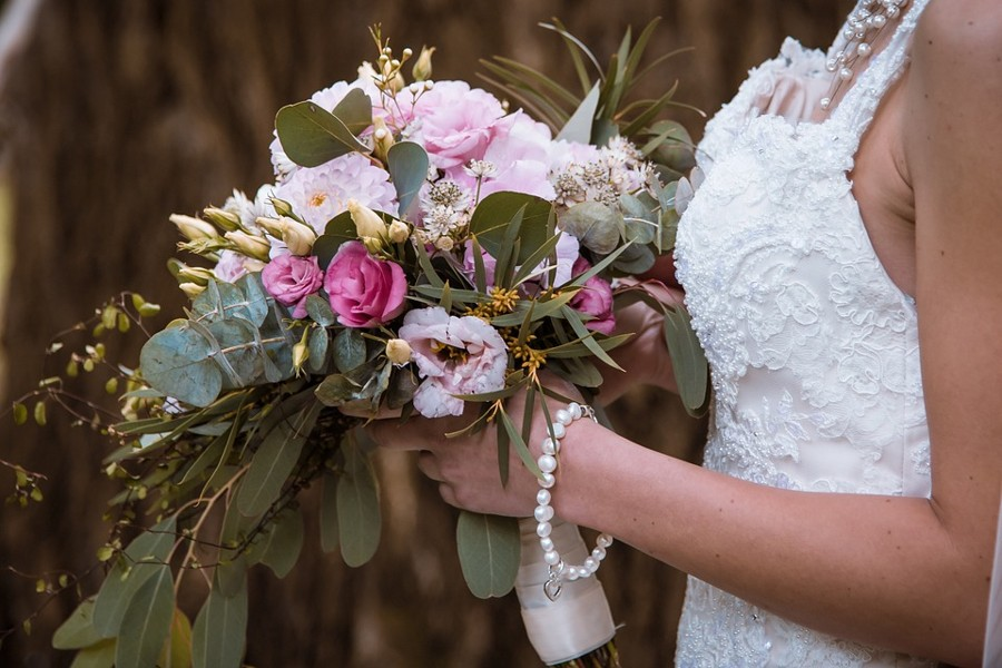 Vintage růžová svatební kytice s větvičkami olivovníku.