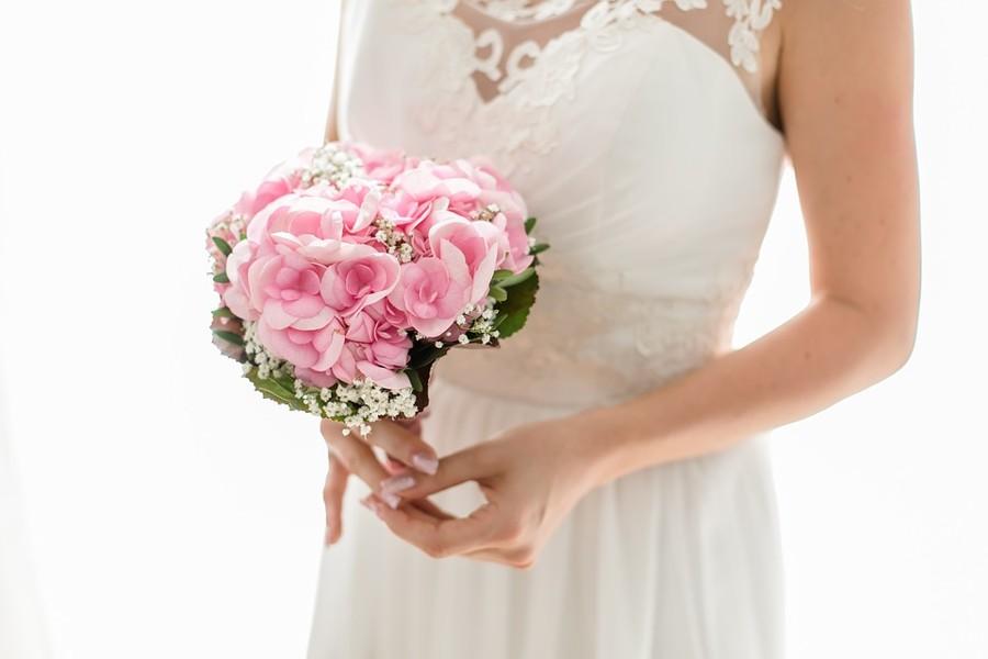 Originální svatební kytice z jediného květu růžové hortenzie.