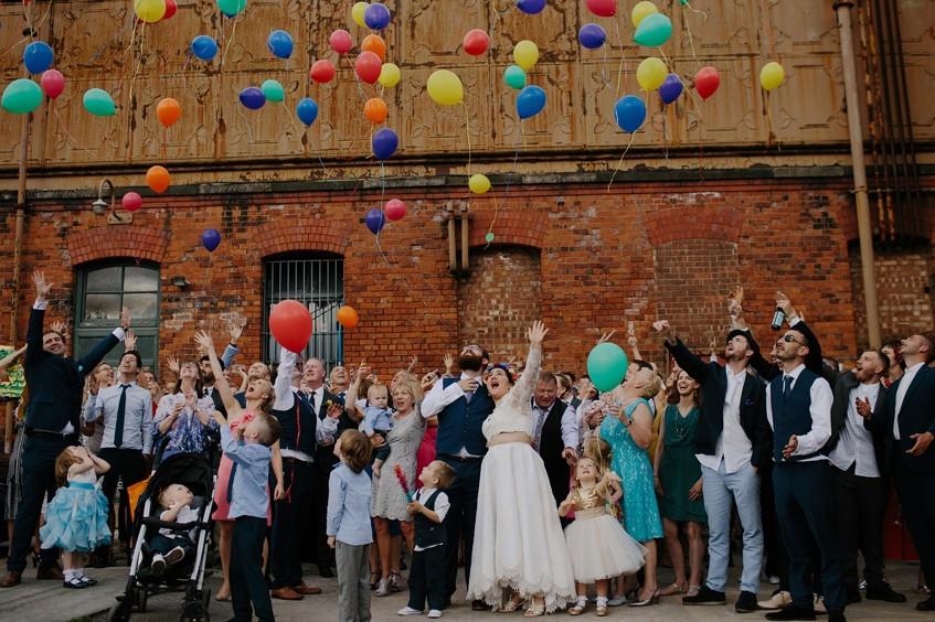 Barevné balonky jsou na pouťové svatbě nutností. Můžete je například vypustit po focení.