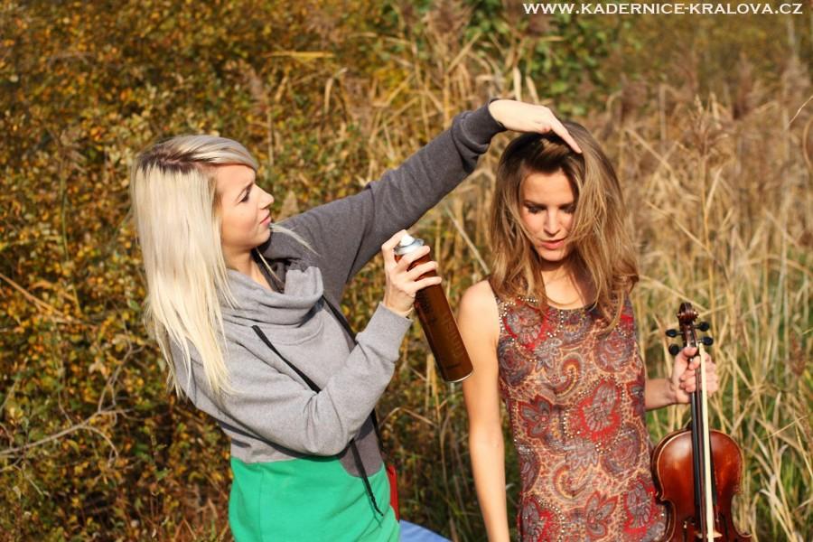 Mladá brněnská kadeřnice při česání modelky