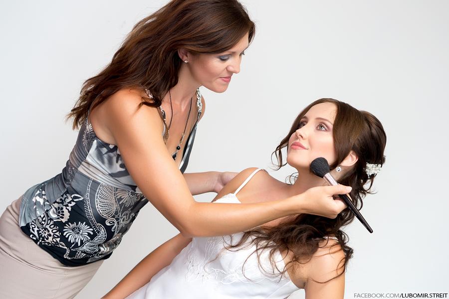 Nevěsty se nechávají profesionálně nalíčit, aby si ušetřily starosti ve svatební den