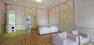 Růžový salonek s balkonem v Chateau Herálec