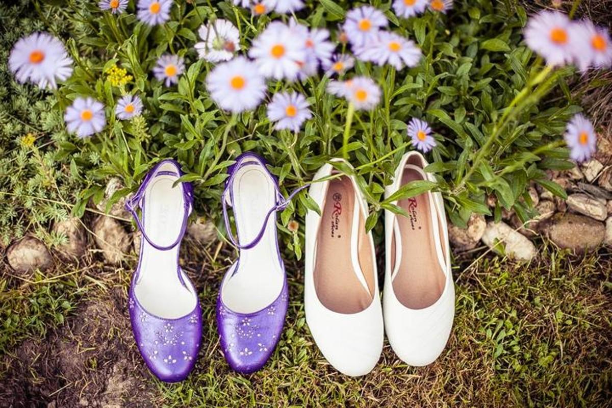 Fialové boty k fialové svatbě.