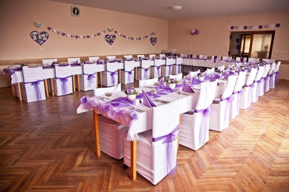 Svatební hostina v kulturním sále.