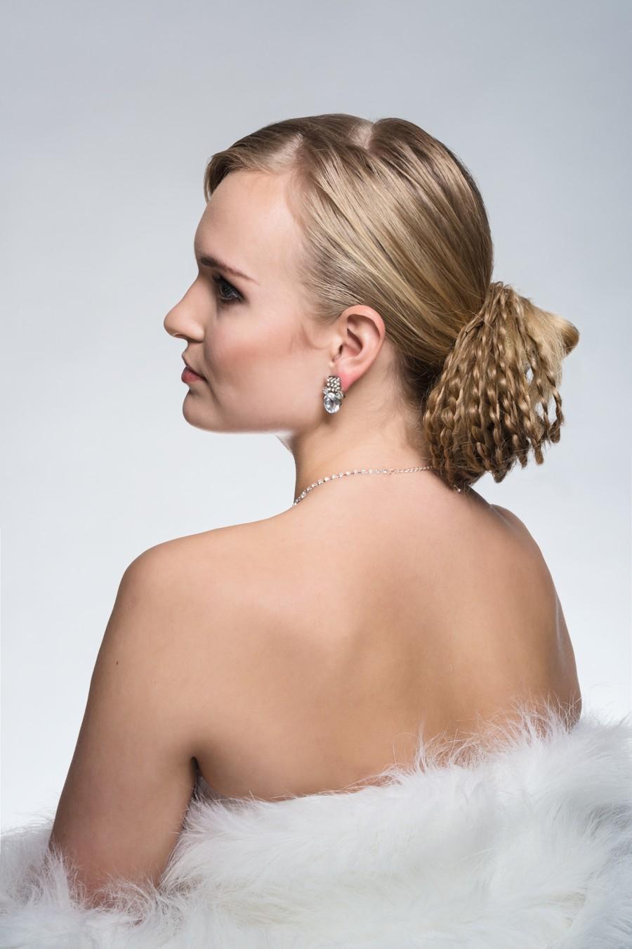 Svatební účes z malých copánků a blondýna z profilu.