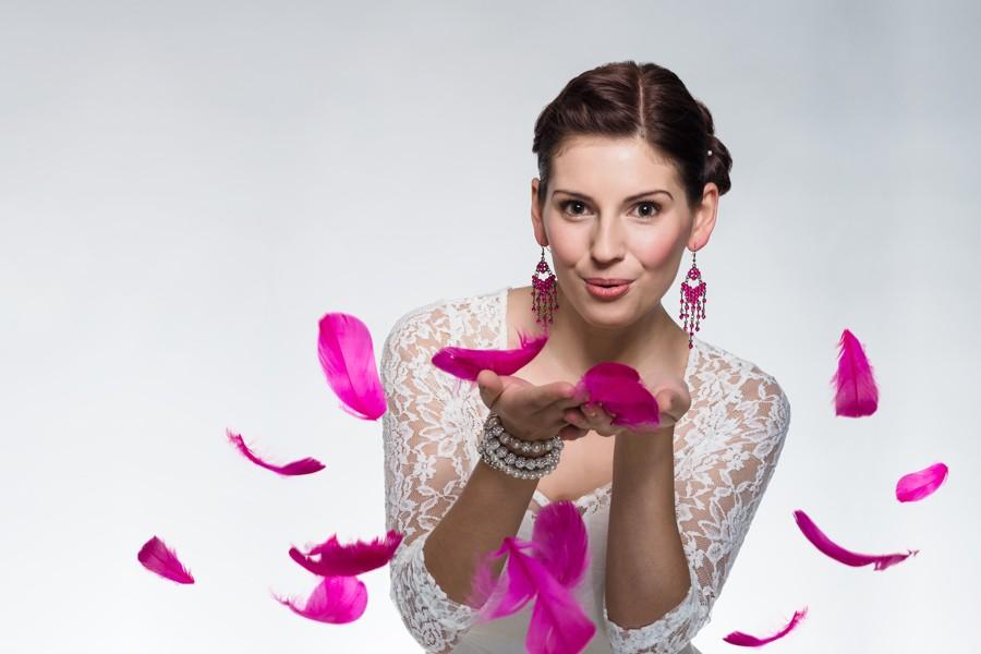 Bruneta fouká do růžových peříček.