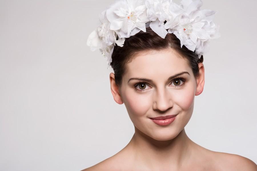 Přirozený makeup, vyčesaný drdol a koruna z bílých umělých květů.