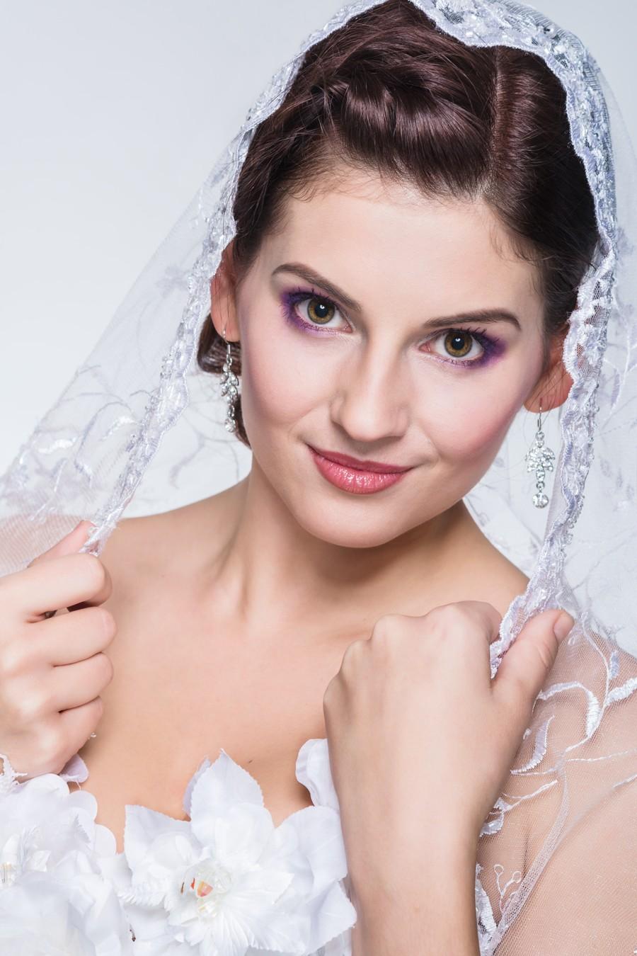 Portrét nevěsty s výrazným fialovým líčením.