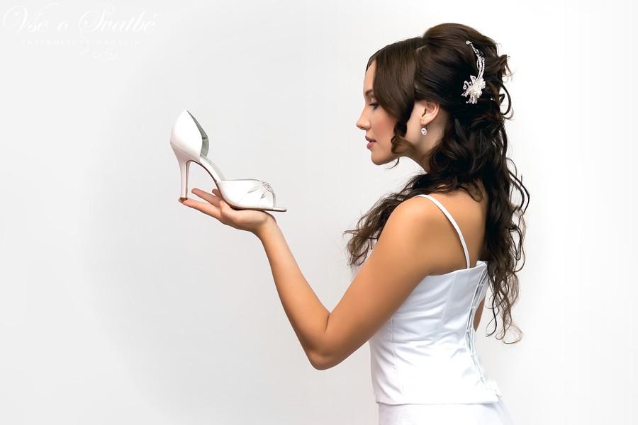 Na zkoušku šatů si vezměte tak vysoké podpatky, jaké plánujete na svatbu.