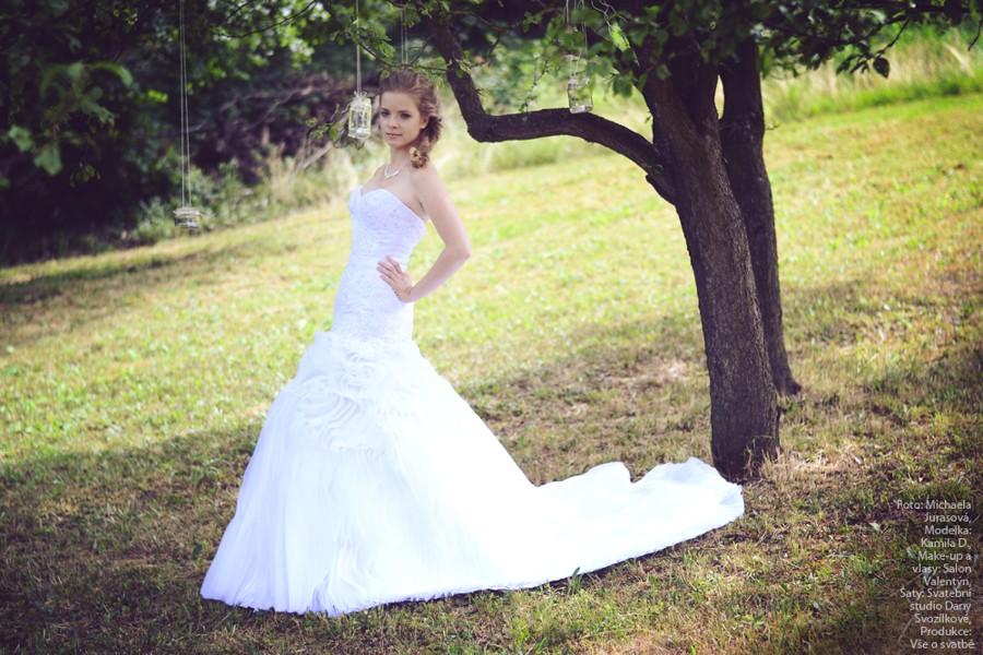 Princeznovské svatební šaty a svatba na louce plné lučního kvítí