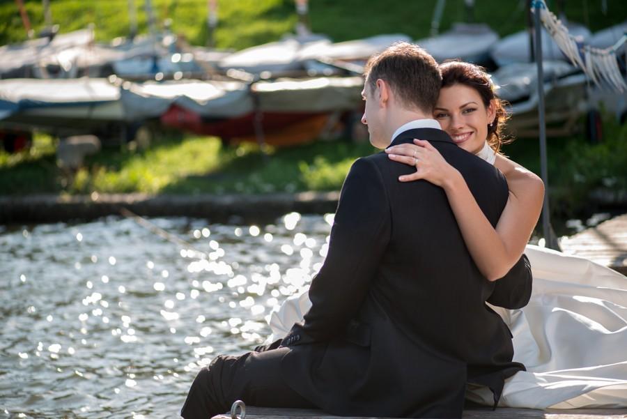 Slunečný svatební den byl jako stvořený pro svatbu u vody