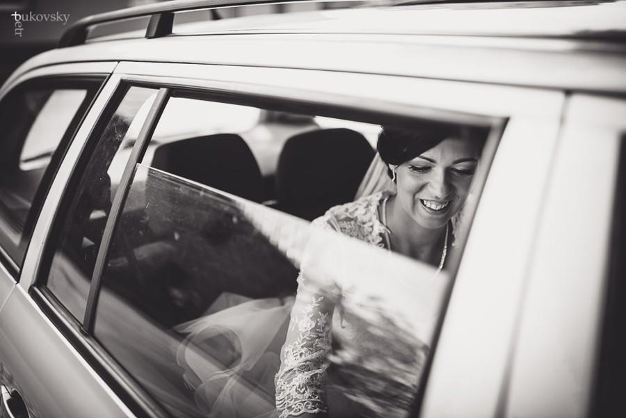 Ten krásný okamžik když se nevěsta blíží na obřad.
