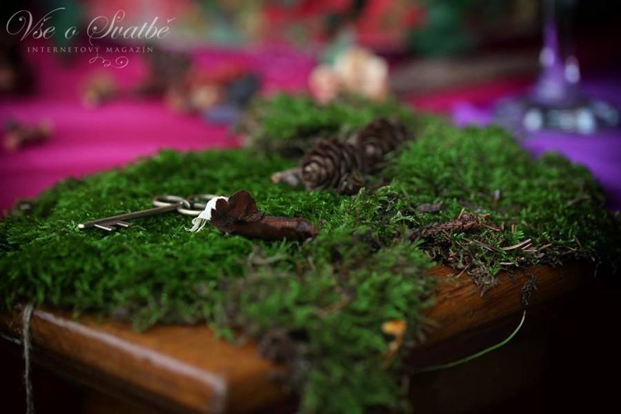 dulezitou-soucasti-lesni-svatby-jsou-prirodni-materialy-jako-mech-sisky-a-lesni-plody