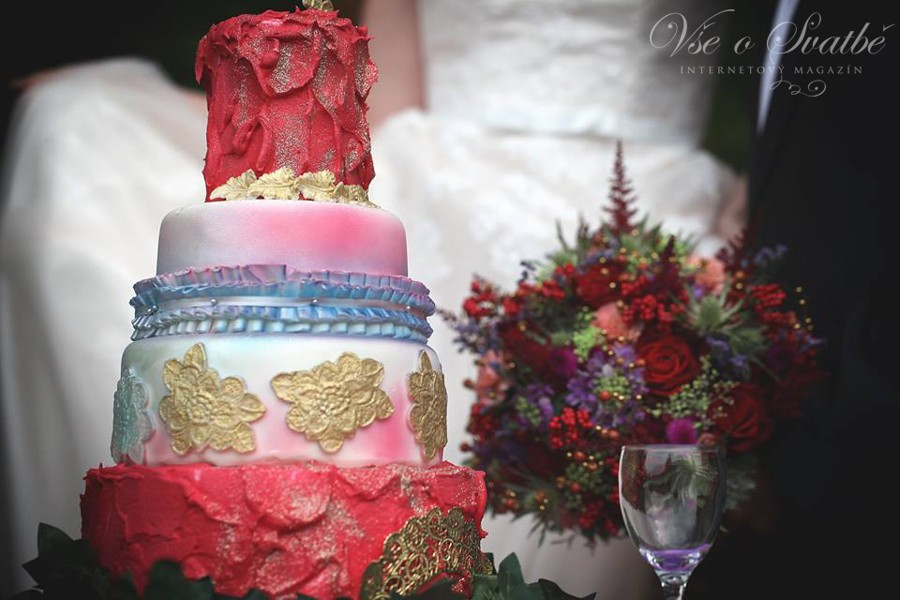 tematicka-svatba-vyzaduje-sladeni-nemensich-detailu-proto-je-i-svatebni-dort-laden-do-zvolenych-barev-se-zlatymi-ornamenty