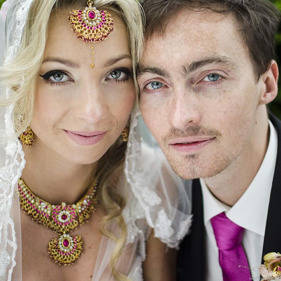 Exotická svatba v indickém stylu. Ostře růžová v kombinaci se zlatou a záplavou orchidejí.