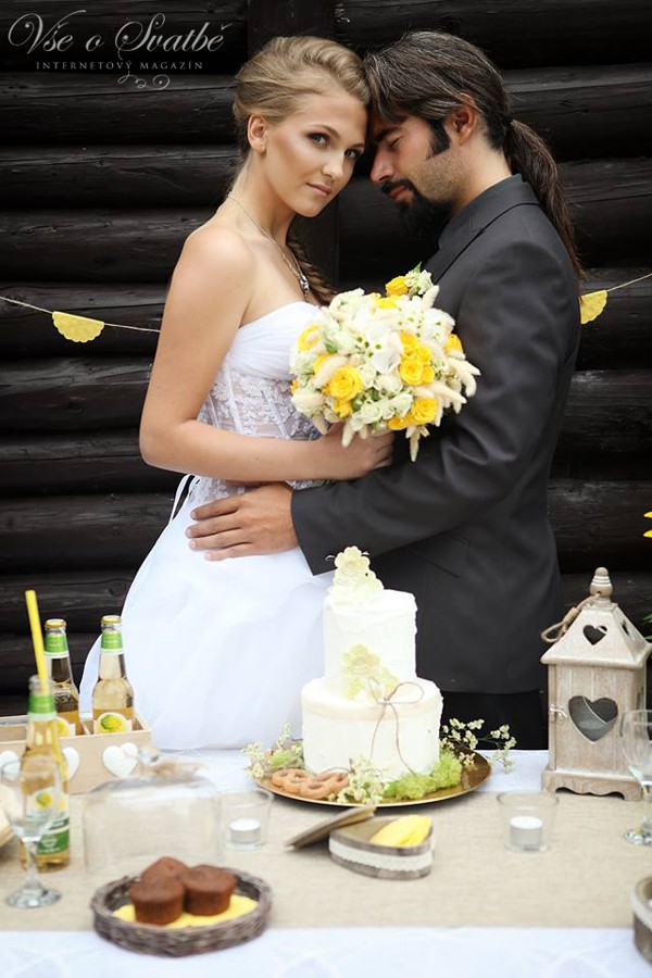 dvoupatrovy-svatebni-dort-v-prirodnich-tonech-bude-ozdobou-westernove-svatebni-hostiny